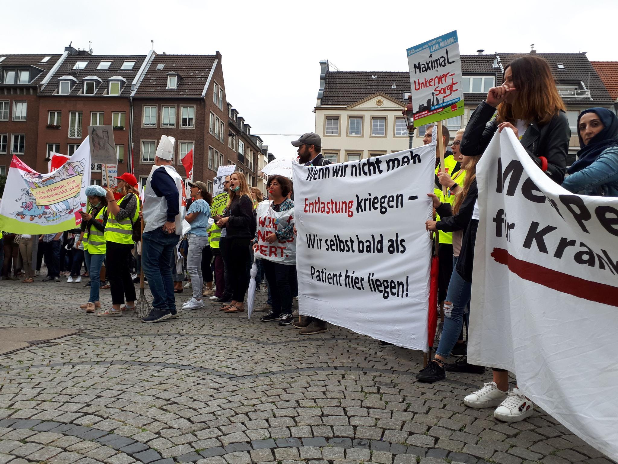Terren Liegen   Dusseldorf Bergisch Land Uniklinik Streik Dusseldorf Protest Vor