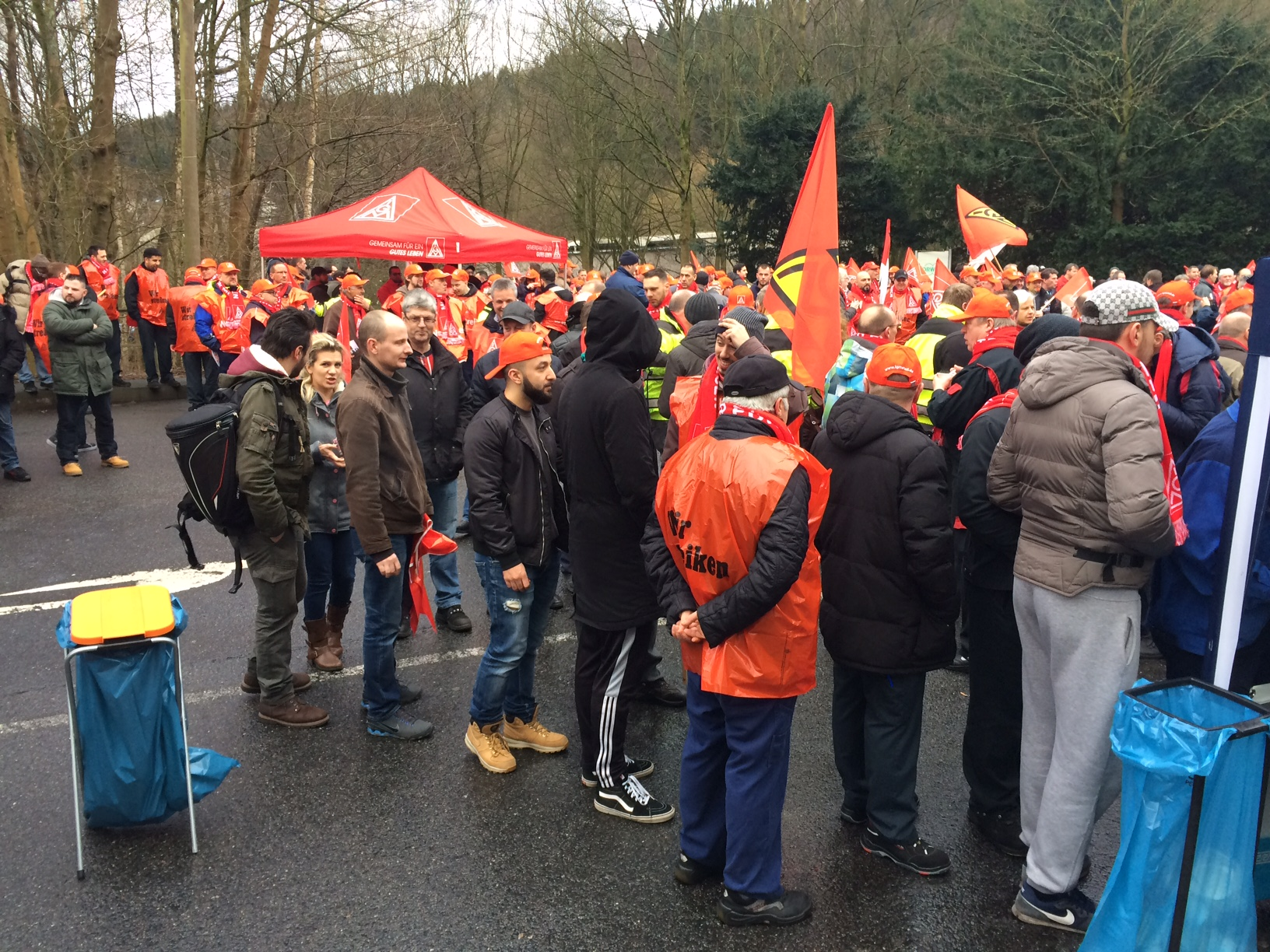 Warnstreik vor Vorwerk in Wuppertal