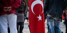 Türkische Flagge auf Demo