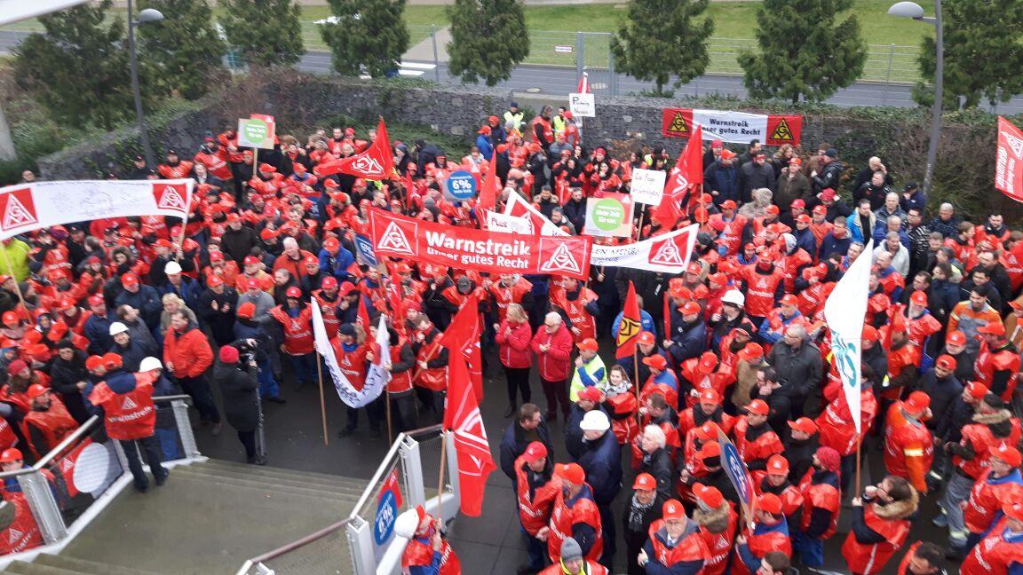 Streikende in Neuss