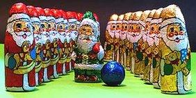 Schoko-Weihnachtsmänner in Reihe und Glied